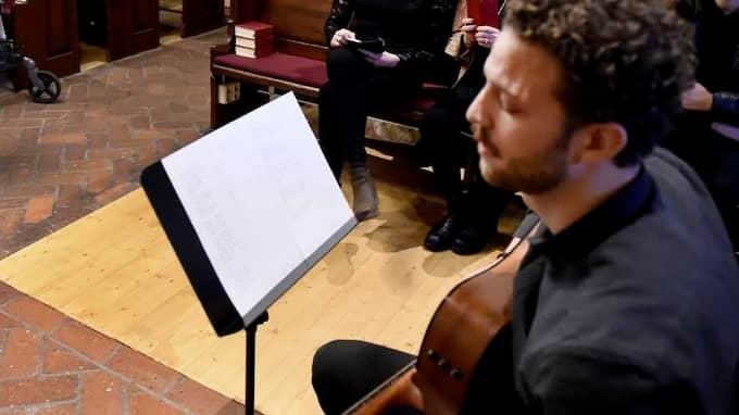Filip Åstrand, en bekant till familjen, stod för musiken vid minnesstunden i Göteborg och det var mycket uppskattat av familjen. Musiken var en blandning av gammalt och nytt av musik som låg Lars-Göran nära. Foto: Bobbo Lauhage