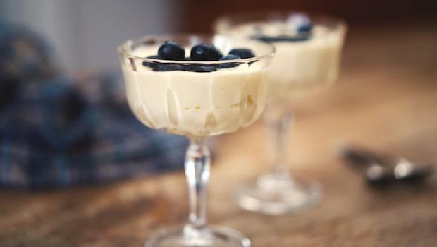 Vit chokladmousse med blåbär – snabbt, gott och enkelt