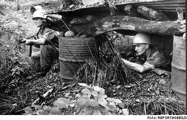 Svenska kulsprutebeväpnade FN-soldater vid en av infartsvägarna till Niemba i november 1961. Totalt 6 332 svenskar gjorde FN-tjänst i Kongo. 19 stupade kropparna efter två återfanns aldrig. Major Stig von Bayer (till vänster) uppger att de åts upp av kannibaler.
