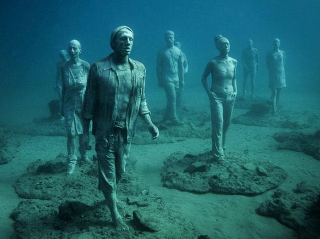 <span>Statyerna under vaten ska visa människor i vardagen.</span>