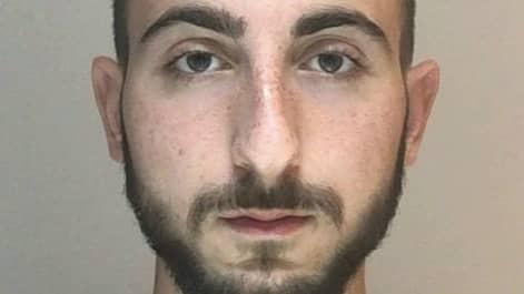 19-årige Georgio-Lourens Issa från Södertälje är uppsatt på Interpols lista över internationellt efterlysta brottsmisstänkta. Han är häktad i sin utevaro misstänkt för mordförsök och människorov. Foto: Interpol / Interpol