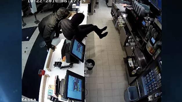 Klockan var cirka 06 på morgonen en söndag när två män, däribland en 19-åring, hoppade över disken på McDonald's vid Stora Wäsby rastplats.