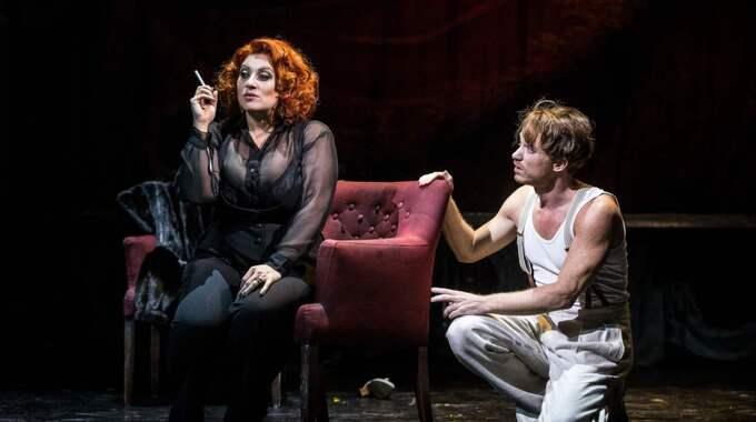 """Sarah Dawn Finer och Albin Flinkas i """"Cabaret"""". Foto: Petra Hellberg"""