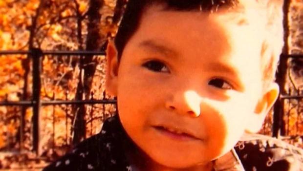 Fyraåring dog- fastnade med luvtröja i klädhängare