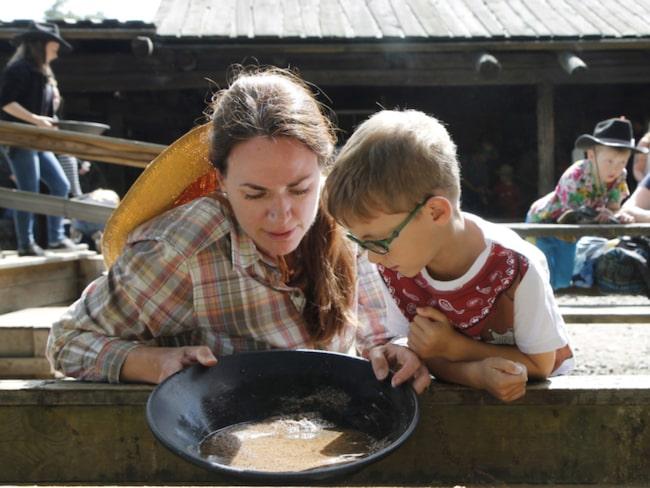 En populär aktivitet bland de yngre besökarna är att vaska guld.