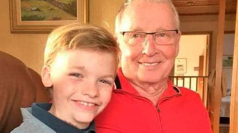 Rasmus, 10, tillsammans med gammelmorfar Bertil, som precis vunnit en resa för två. Foto: Privat