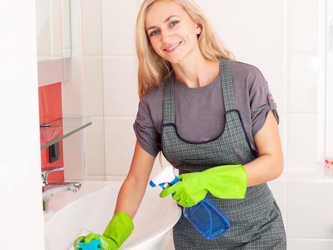 Skinande rent handfat, dusch och badkar får du med hjälp av varm ättika.