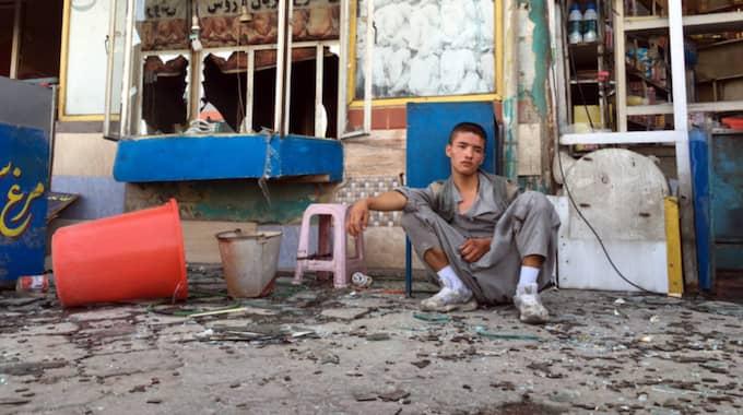 AFGHANISTAN. En pojke sitter nära platsen där en självmordsbombare attackerade en demonstration som den shiitiska Hazara arrangerat i Kabul. IS tog på sig ansvaret för dådet. Foto: Hedayatullah Amid / Epa / TT