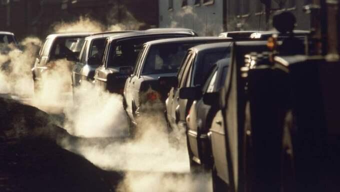Tusentals svenskars liv kan räddas varje år genom att förbjuda smutsiga bilar i städerna. Vad väntar politikerna på? undrar Patrik Kronqvist. Foto: Jan Collsiöö