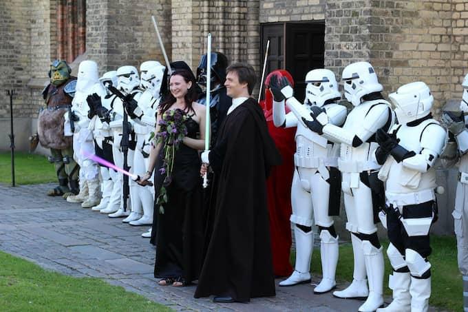 Brudparet med några av bröllopsgästerna. Foto: Privat