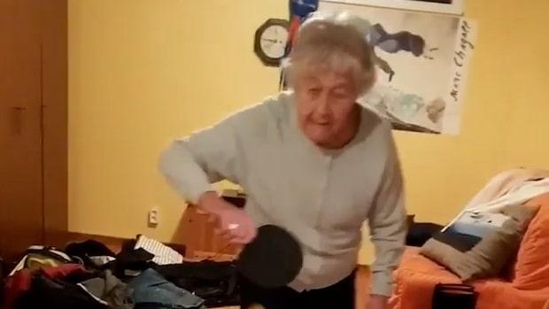 Inga Ekström spelar pingis med barnbarnet