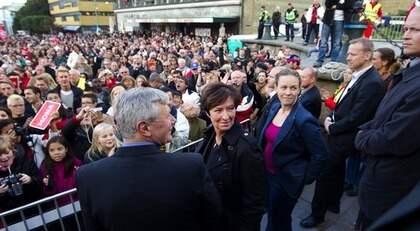 Mona Sahlin var traditionsenligt i Göteborg dagen före valet. Tusentals personer hade samlats på Götaplatsen. Foto: Sven Lindwall