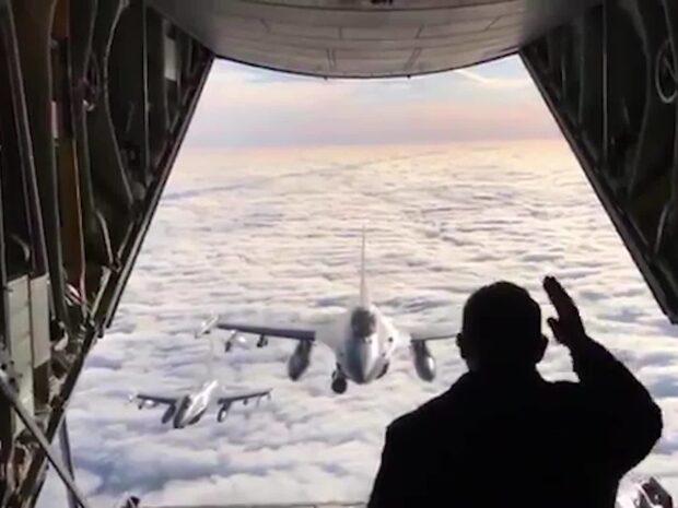 Här står Danmarks statsminister svindlande nära flygplansluckan