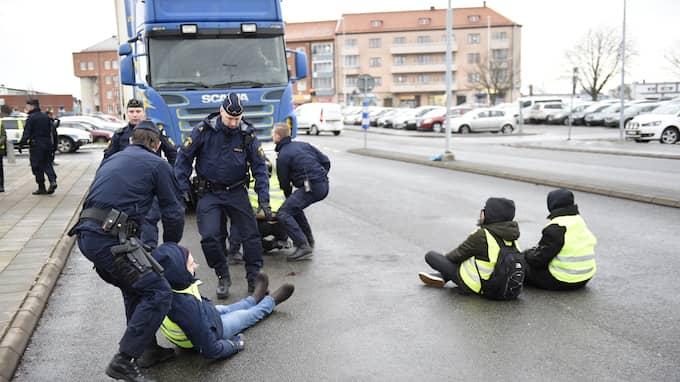 Ett 20-tal aktivister försökte stoppa djurtransportbilarna. Foto: Jens Christian