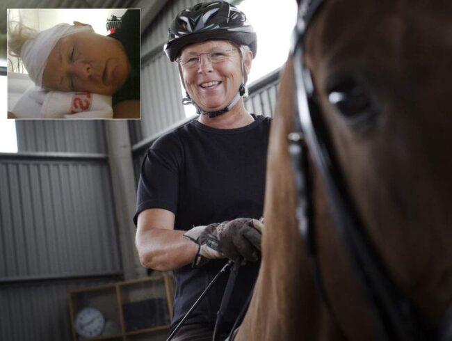 Den infällda bilden, Louise Etzner, 53, på sjukhuset efter olyckan 2011. Men mot alla odds tog Louise sig tillbaka i sadeln. Hon var en av landets främsta dressyrtränare men en dag gick något fel. En häst blev skrämd, Louise kastades till marken och inför ögonen på sin dotter låg hon livlös i en blodpöl med spräckt huvud.