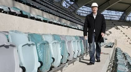 SKA SÄLJAS. Arenachefen Jonas Georgsson på en av de läktare vars namn han vill sälja. Det ska kunna ge lika mycket som att sälja namnet på arenan till ett företag. Foto: Jan Wiriden