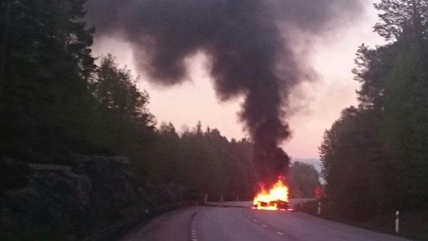 Flera olyckor på E22 – en bil började brinna