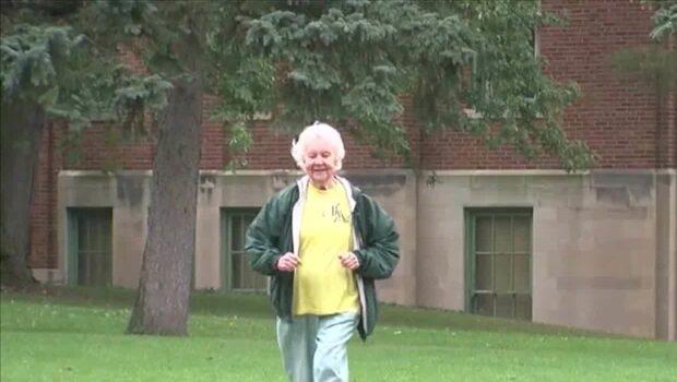 88-årig nunna springer Maraton - löptränar 4,8 kilometer per dag