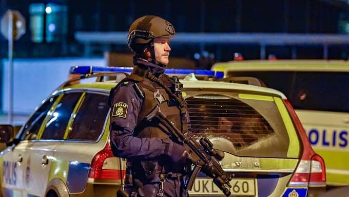 Efter händelsen satte tungt beväpnade poliser akutmottagningen under hård bevakning. Foto: JAN EMANUELSSON/TOPNEWS