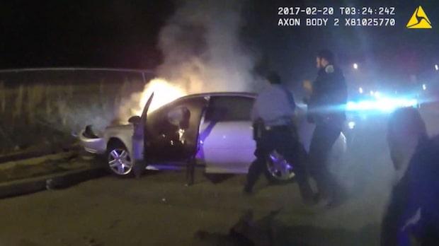 Man fast i brinnande bil - räddas av polisen