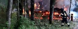 JUST NU: Våldsam brand  i hus – risk för spridning
