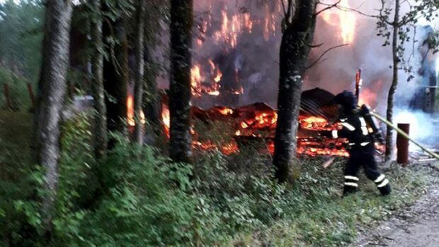 Våldsam brand i hus – risk för spridning
