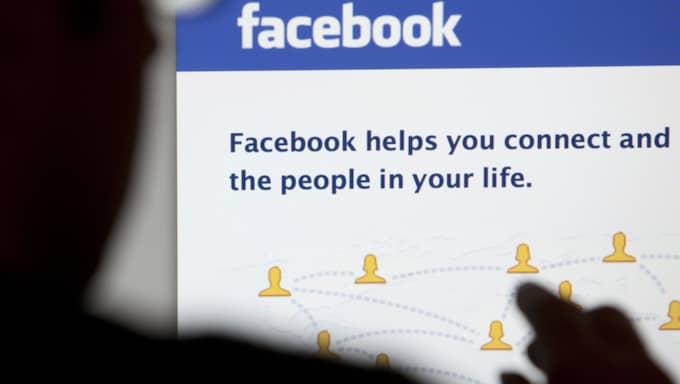"""I sin bevisning har hon bland annat skärmdumpar från de åtalades Facebook-sidor. Där uppger den ena av dem att han är född 1971. """"Jag påstår inte att han är 45, jag påstår att han är över 18 år"""", säger åklagaren. Foto: Shutterstock"""