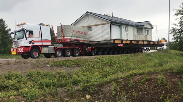 Paret köpte hus till vrakpris - flyttade det till en sjötomt
