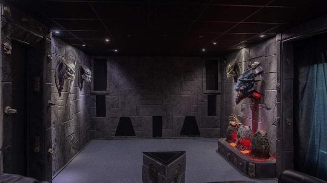 Men invändigt hamnar man i filmens värld. Husägaren Mic Klitterstrand älskar Alienfilmerna och byggde upp sin bostad därefter.<span><br></span><span><br></span>