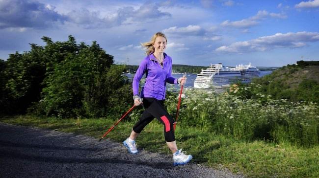 Vår reporter Elin Gunnarsson på en solig promenad. Under en rask promenad på 30 minuter förbränner du 172 kcal. Det blir hela 1 204 kcal i veckan om du tar en preomenad varje dag.