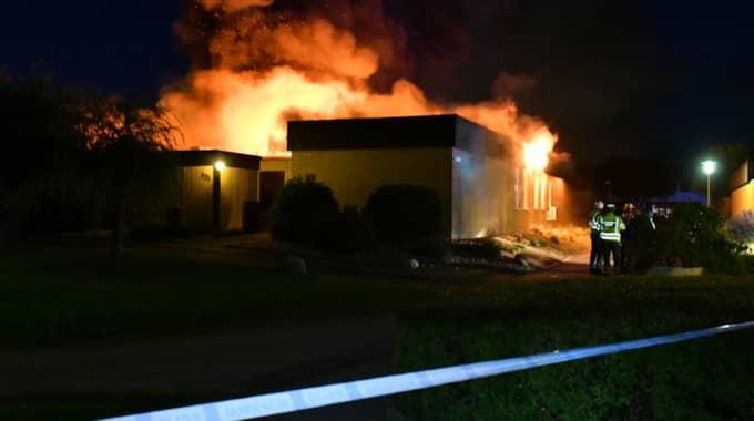 En storbrand rasar nu i en radhuslänga, minst fyra hus ska stå i lågor. Foto: MIKAEL NILSSON