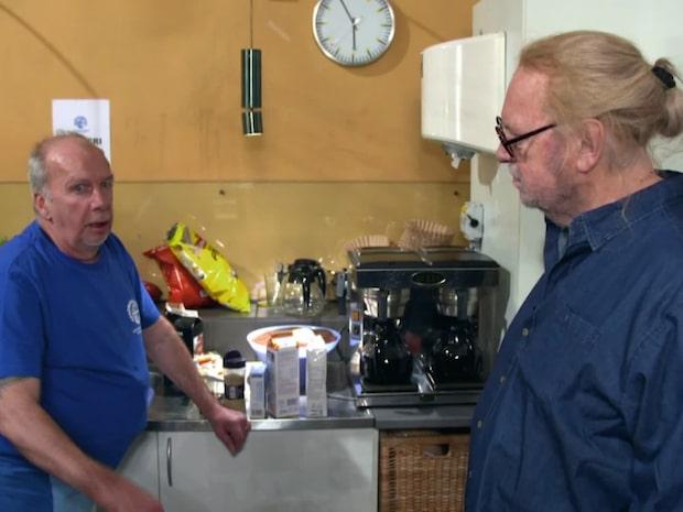 Här får utklädd Leif Mannerström lära sig laga mat