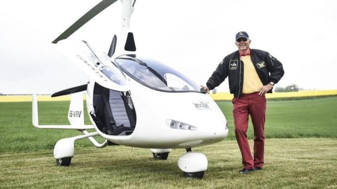 Nils Gyllenkrok, ägare till Björnstorps och Svenstorps gods i Skåne, har egen gyrokopter. Han var en av deltagarna när Skånska gyrkopterklubben träffades. Foto: Jens Christian