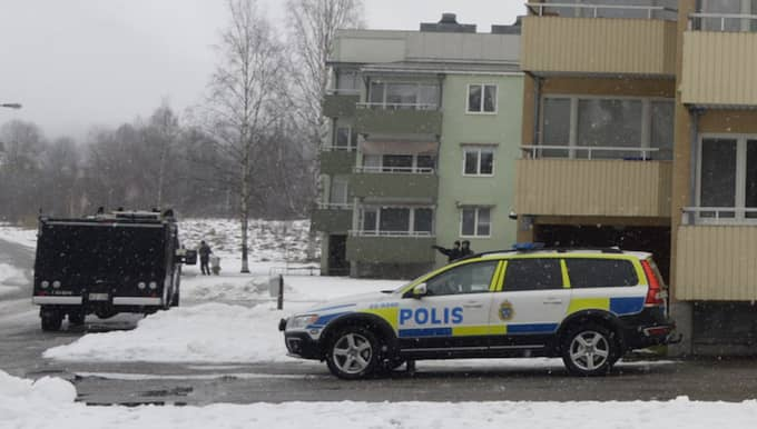 Grannarna säger att de aldrig märkt av något bråk i lägenheten. Foto: Olle Sporrong