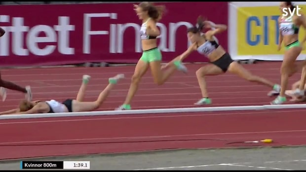 Två löpare krokade ihop - ramlade precis framför Lovisa Lindh