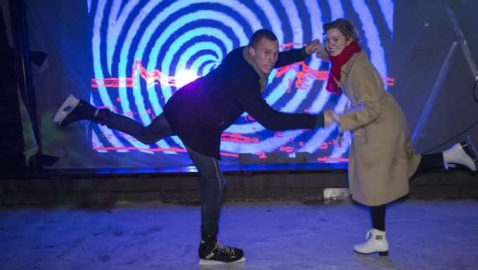 Love Ossler dansar med Alexandra Håkansson Schmidt med lånade skridskor på Big Slip i Malmö Folkets park. Foto: Ulf Ryd