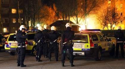 Bränderna i Rosengård tar mycket av polisens och brandkårens resurser i anspråk och otryggheten för både personal och boende ökar. Foto: Tomas Leprince