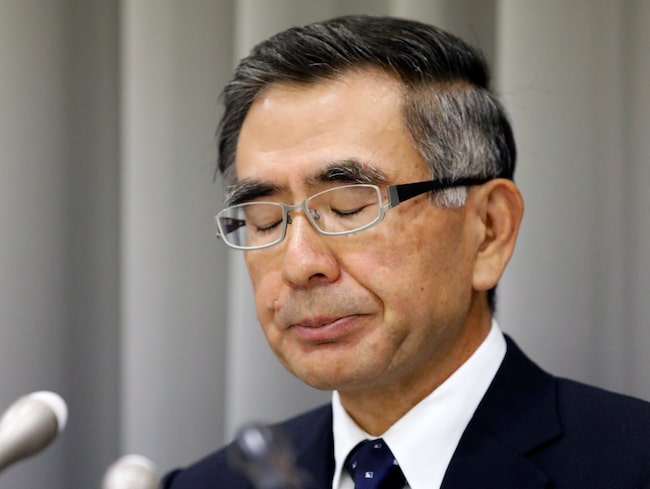 Suzukis vd Toshihiro Suzuki på presskonferensen där han erkände fusket.