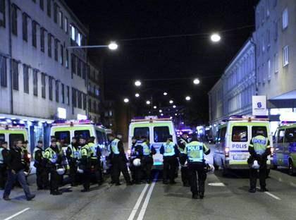 AVVAKTANDE. Polisen på plats vid ESF i Malmö hade fått order om att ta det lugnt och inte provocera eventuella våldsverkare. När aktivister krossade rutor och sprejade ned fasader fick de i stort sett hållas ostörda. Foto: Leprince Tomas
