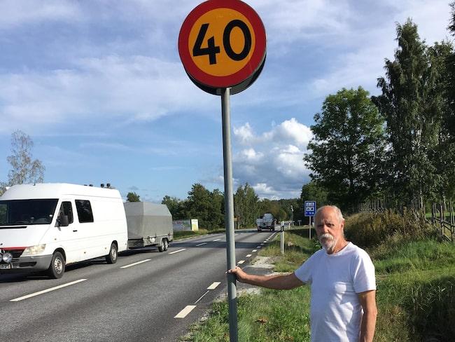 Lennart Skytthammar vid riksväg 52. Han är kritisk till att ingen fartkamera satts upp – trots att en av 20 håller hastigheten på vägen.
