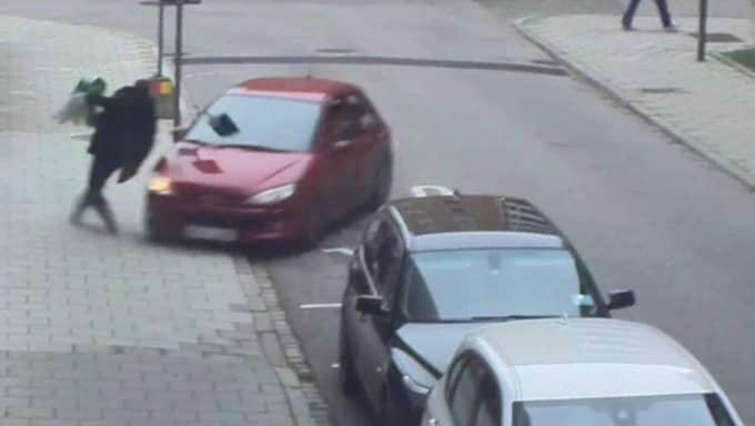 Mannen kommer precis undan bilen. Foto: Polisen