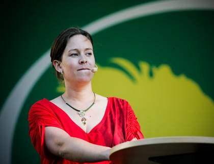 """PÅ BRONSPLATS. """"Jag tror att folk ser att vi tar initiativ, att vi vill saker"""", säger Miljöpartiets Maria Wetterstrand. Foto: Axel Öberg"""