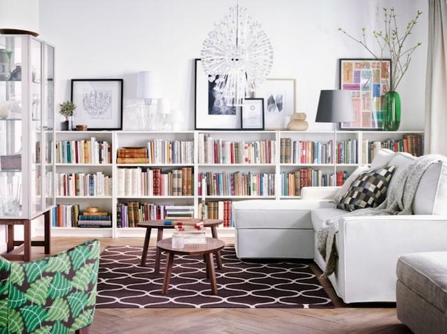 Billy blir supersnygg som kombinerad bokhylla och avlastningsbänk i vardagsrummet –om du bygger på bredden i stället för på höjden.
