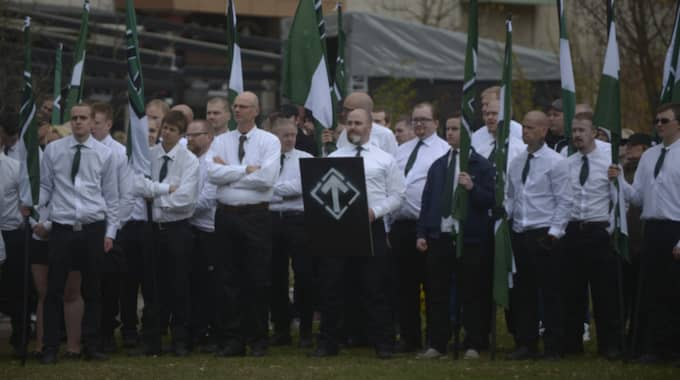 Hundratals anhängare från hela Sverige, men även från Finland och Danmark, gick med i nazistiska Nordiska motståndsrörelsens marschtåg genom Borlänge i Dalarna på första maj.