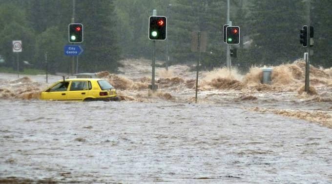 Minst åtta personer omkom i gårdagens flodvåg i staden Toowoomba. Nu evakueras vissa områden av storstaden Brisbane. Foto: Reuters