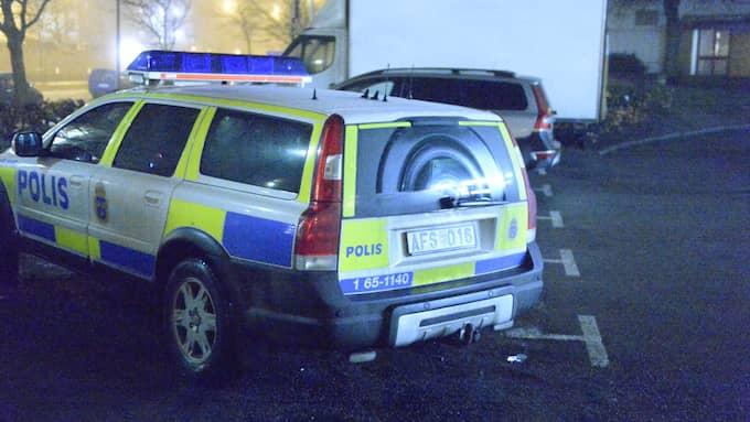 Polisen har skickat flera patruller till platsen. De jobbar nu med informationsinhämtning på plats. Foto: Fritz Schibli
