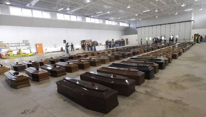 Kropparna efter drunknade flyktingar väntar på att begravas. Foto: Luca Bruno