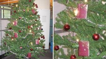 Inte som andra julgranar. Malmöpolisens passavdelning har hängt upp makulerade pass bland juleljus och röda kulor. Foto: Polisen