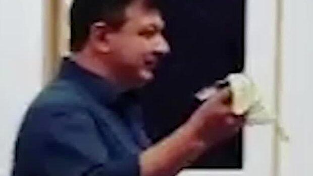 Här äter han upp konstverket – som är värt en miljon