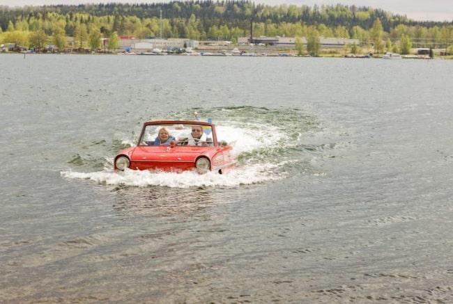 """Den blodröda amfibiebilen står uppställd på Motormuseet i Mora. Men åtta-tio gåger om år får den komma ut - väder och vind avgör. """"Så fort bilen kommer i vattnet beter den sig som en båt"""", säger museichefen Johan Rahm."""